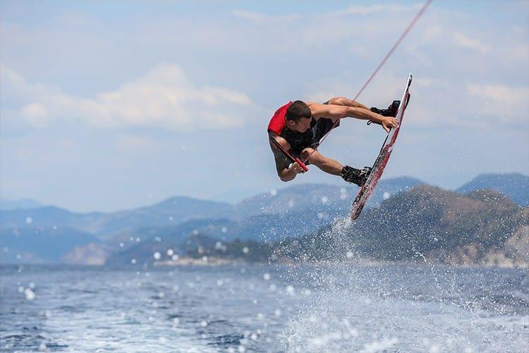 Wakeboarden mit dem Champion persönlich: Hillside Beach Club veranstaltet die Watersports Week