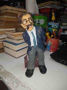 Figura-hucha de Groucho de un material tipo escayola, la ranura esta en la es...