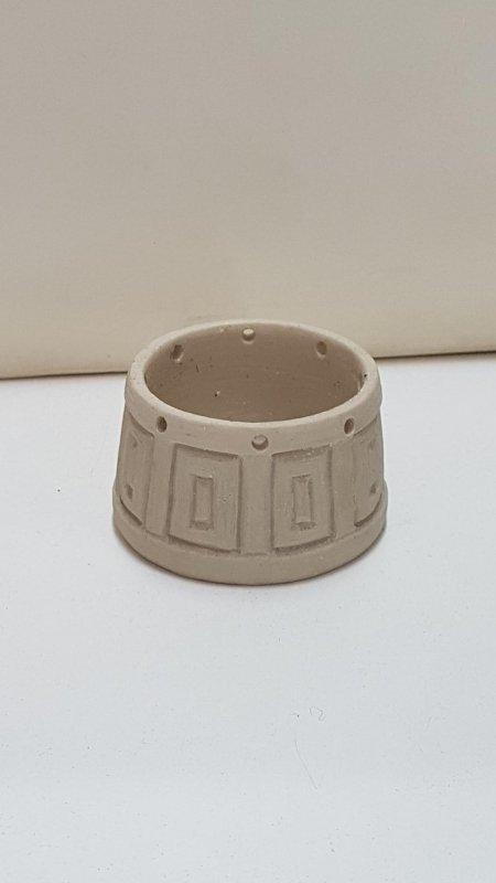 Figura de resina: Una especie de barreño, sin pintar. 5.5 cm de diametro