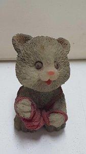 Figura de resina: Pequeño oso con madeja de lana entre sus patas