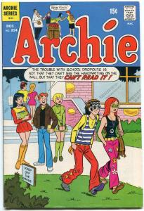 Archie Comics #214 1971- Hippie cover- Betty & Veronica VF