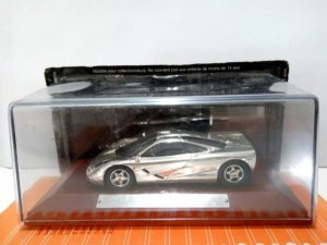Coche Escala/Scale Diecast Car: McLAREN F1 - Metalizado Cromo en peana de mad...