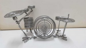Figura de alambre: Bateria completa con su bombo, toms, butaca y platillos