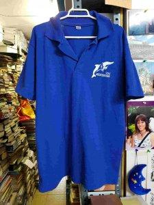 Camiseta azul, con dibujo blanco de un delfin. Talla M