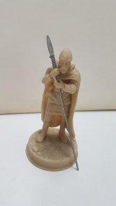 Figura de resina sin pintar: Soldado con capa, lanza y casco. Le falta la peana.