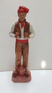 Figura de resina: Pages de Ibiza con barretina, tiene un tambor junto a sus p...