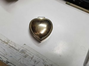 Joyero de metal con forma de corazon