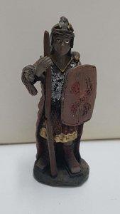 Figura de resina: Soldado romano con escudo y baston. Muñeca derecha y basto...