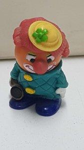 Figura de plastico: Payaso de pelo rojo y con bocina en la mano. 4 cm de alto