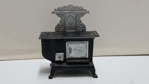 Sacapuntas: con forma de horno de metal antiguo. Made in Spain, Ref. 972. Pla...