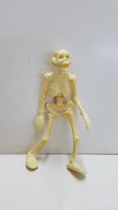 Figura PVC:  de un esqueleto. Dimensiones: 9.5 cm de altura