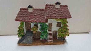 Figura de barro: Casa tipica rural con tejas rojas y enredaderas
