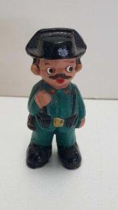 Figura de barro: de un guardia civil, benemerita, con su tricornio y escopeta...