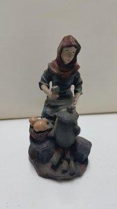 Figura de resina: Mujer cocinando con una olla de barro. 11 cm de altura.