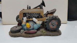 Figura de resina: Mecanico debajo de un tractor reparandolo