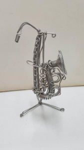 Figura de alambre: Instrumento musical de aire, parece un saxofon
