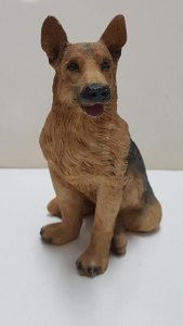 Figura de perro resina: Pastor Aleman de pelaje claro de 9x6.5 cm.