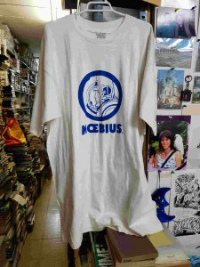 Camiseta con mancha amarillenta, de Moebius blanca con dibujo azul. Talla L