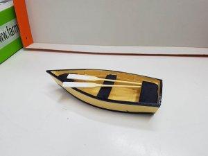 Figura: Barca de remos de madera