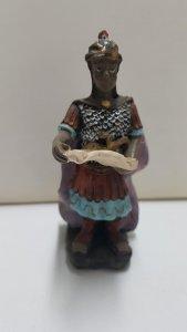 Figura de resina: Soldado romano con un pergamino en las manos