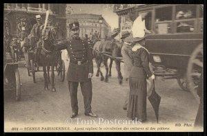 Scenes Parisiennes - Agent reglant la circulation des voitures et des pietons