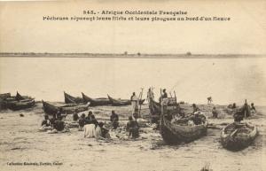 CPA Sénégal Afrique 345. Dakar - Fortier - Pécheurs réparant fillets et (70145)