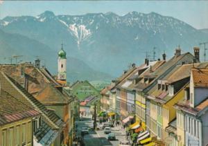 Germany Murnau am Staffelsee Obernmarkt mit Mariensaeule gegen Estergebirge