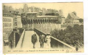 La Promenade Des Remparts Vers La Grande Porte, Saint-Malo (Ille-et-Vilaine),...