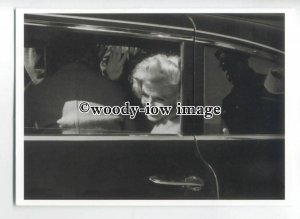 b3695 - Film Actress - Marilyn Monroe waves from the Cadillac - modern postcard