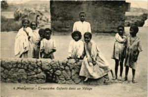 CPA TANANARIVE Enfants dans un Village MADAGASCAR (709632)