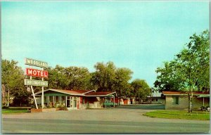 1950s ROSEBURG, Texas Postcard WOODLAND MOTEL Street View Roadside Chrome Unused