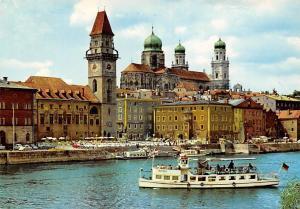 Passau Partie an der Donau mit Dom Cathedral River Boats Schiff