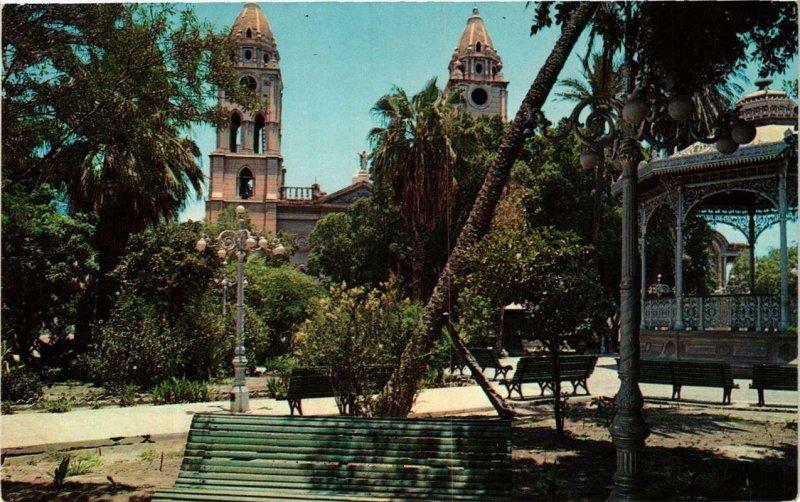 CPM AK Guaymas, Sonora La Plaza y la Iglesia de San Fernando MEXICO (648102)