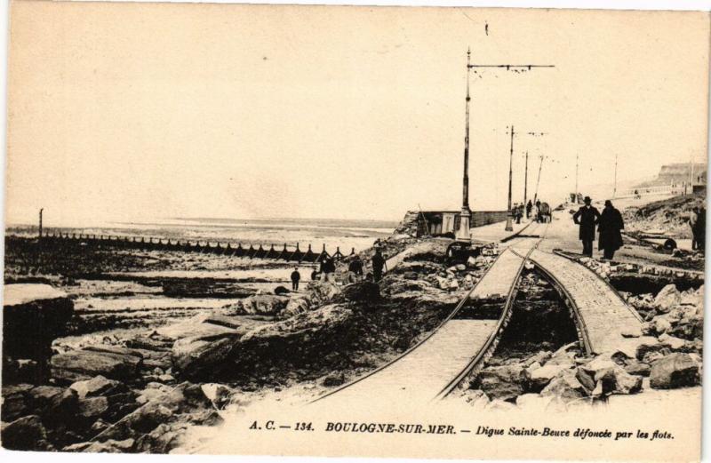 CPA BOULOGNE-sur-MER - Digue Ste-Beuve défoncée par les flots (240084)