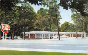 Coushatta Louisiana~Worth Motel~Arrow Sign~Hwy 71~1950s Cars~Postcard
