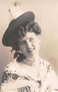 BEAUTIFUL STYLISH YOUNG WOMAN WEARING PEARLS & HAT REAL PHOTO POSTCARD 1910s