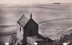 France Le Mont-Saint-Michel La Chapelle et i'lle Tombelaine a maree basse Rea...