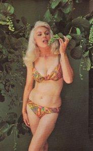 PIN-UPS ; Bikini Girl , Squeezin' Season for Sea Grapes , 50-60s ; Photo by B...