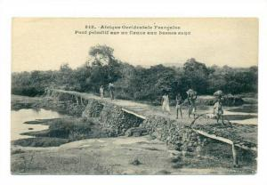 Afrique Occidentale Francaise .- Pont primitif sur un fleuve aux basses eaux ...