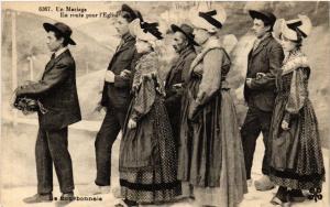 CPA Le Bourbonnais - Un Mariage - En route pour l'Église - Folklore (482232)