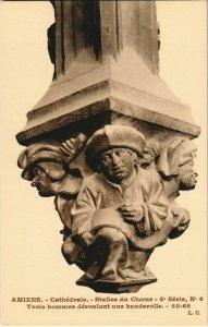 CPA La Cathédrale AMIENS Stalles du Choeur 3 hommes (17320)