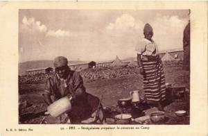 CPA Fez Senegalaises preparant le couscous au Camp MAROC (824687)