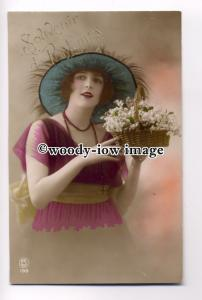 su2067 - Young Woman with basket of flowers and wearing a large hat - postcard