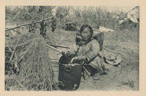 Cercle Arctique (ALASKA) , 1910s ; Eskimo woman cleaning fish