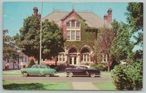 Dover DE~Ivy-Splashed City Hall w/Widows Walk~NICE c1950 Cars Sideview Closeup