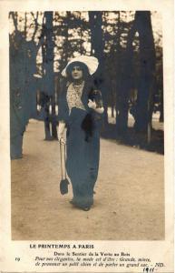 CPA Le Printemps a PARIS fashion Dans le sentier de la Vertu au Bois (679862)