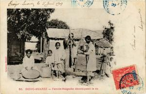 CPA Diego Suarez- Famille Malgache decortiquant le riz MADAGASCAR (819996)
