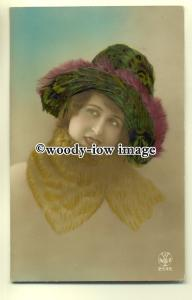 su1724 - Young woman wearing hat made with real feathers - postcard