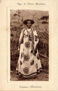 CPA Type de femme Antanakara. Originaire d'Ambokirano. MADAGASCAR (626153)