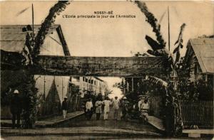 CPA NOSSI-BE L'Ecole principale le jour de l'Armistice MADAGASCAR (709681)